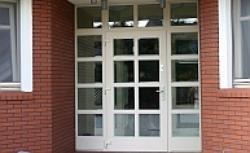 Drzwi wejściowe z przeszkleniami i doświetlami