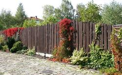 Jak odnowić drewniane ogrodzenia, a jak ogrodzenia metalowe. Poradnik