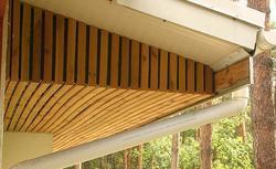 Zasady montażu podbitki dachowej drewnianej i z paneli PCV