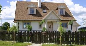 Pokrycia dachowe: co poza dachówką ceramiczną? Blacha stalowa i trapezowa, gonty bitumiczne, dachówki betonowe, płytki włókno-cementowe