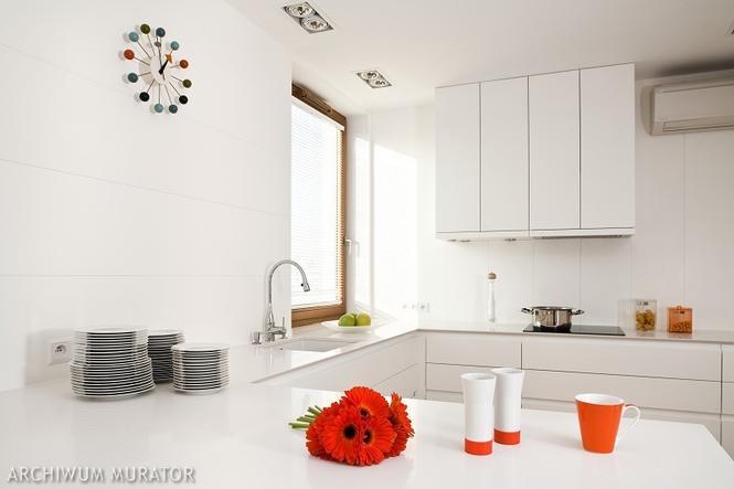 Kolorowy zegar w białej kuchni
