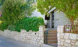 Ładny wjazd na posesję: jakie ogrodzenie i brama wjazdowa
