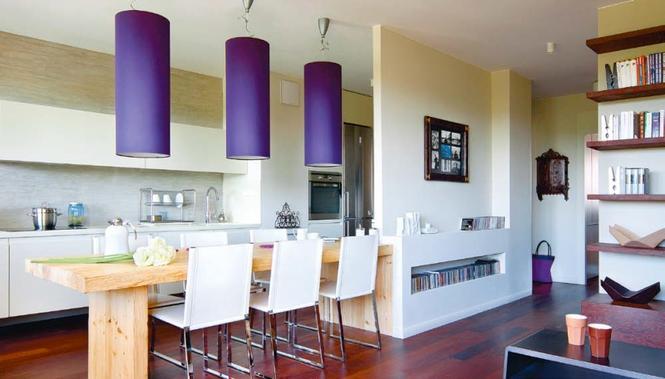 Fioletowe lampy tworzące nastrój przy stole