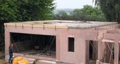Budowa domu jednorodzinnego z prefabrykatów betonowych: fundamenty, ściany, dach