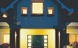 Oświetlenie zewnętrzne domu: oprawy oświetleniowe i sterowanie światłem