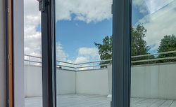 Okna PVC naśladujące wygląd aluminium