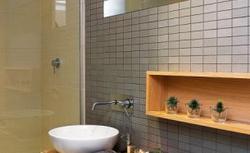 Aranżacja nowoczesnej łazienki: czy warto zamontować baterie schowane w ścianie?