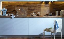 Jak wykończyć ścianę nad blatem kuchennym: sklejka, drewno, kamień