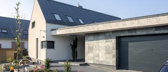 TREND: szare dachy. Kolory elewacji, które pasują do grafitowego pokrycia dachowego. ZDJĘCIA