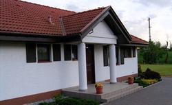 Dom tradycyjny czy nowowczesny? Nie musisz wybierać - ten dom jest taki i taki