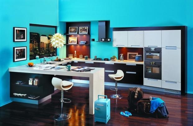 Aranżacja niebieskiej kuchni. Kuchnia otwarta