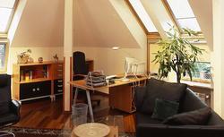 Projektowanie pokoju do pracy na poddaszu
